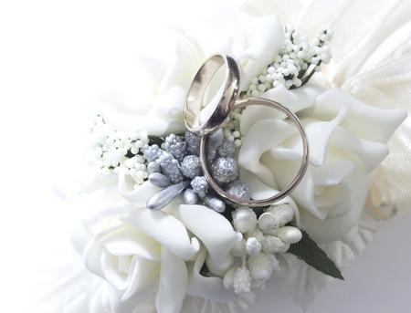 fleurs romantique: anneaux de mariage Banque d'images