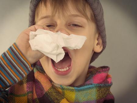 彼の鼻を拭く少年 写真素材