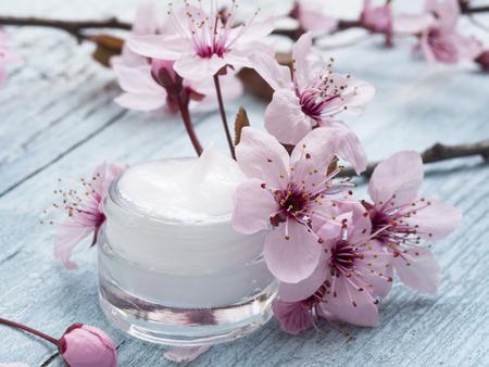 봄 꽃 장식과 천연 페이셜 크림 스톡 콘텐츠