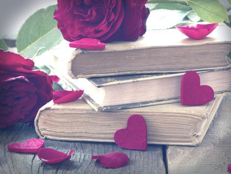 carta de amor: libros antiguos y rosas rojas, concepto de amor