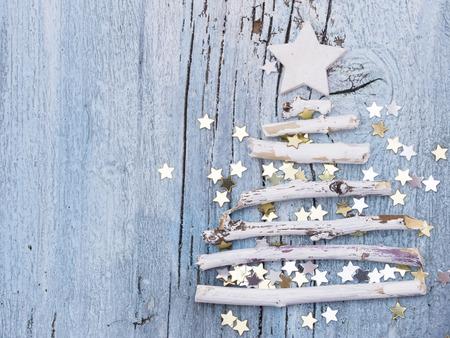 白、木の枝で作られたクリスマス ツリー