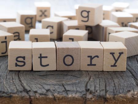 Story word gemaakt van houten kubussen