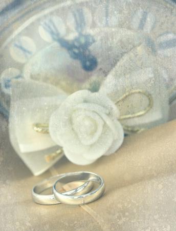 weddingrings: wedding rings in retro arrangement