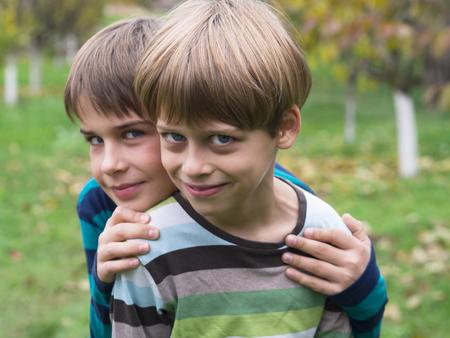 brothers playing: dos hermanos que juegan en el parque Foto de archivo