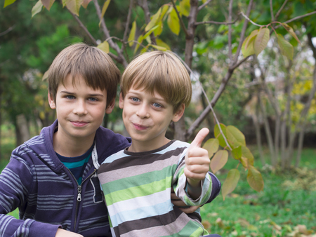 hermanos jugando: dos hermanos que juegan en el parque Foto de archivo