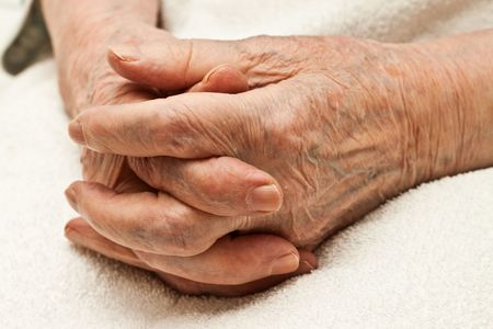 old dame: mani di una vecchia donna sulle sue ginocchia