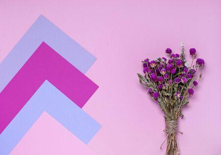 一束干的野花,粉红色,紫色和淡紫色的背景。紫色的花。花卡片与文字的地方。平躺,副本空间。