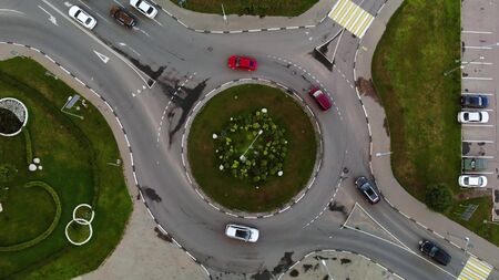 Time lapse aerial view of the automobile roundabout with flowers in centre Stockfoto