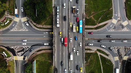 Top view of a city intersection with buses, cars, trucks. Traffic at daytime, roadcross in the megapolis. Going forward with cars. Stockfoto