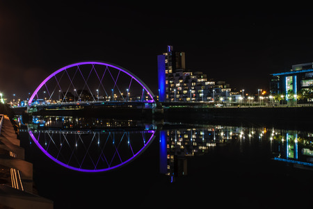 Clyde Arc bridge over the River Clyde in Glasgow at night Редакционное