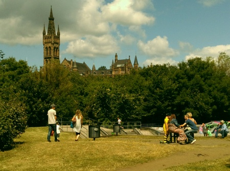 chilling out: La gente pasando el rato en Kelvingrove Park de Glasgow, Escocia