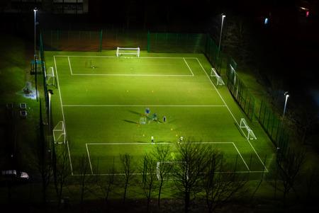 夜 Dennistoun のグラスゴーの住宅建設計画のサッカー