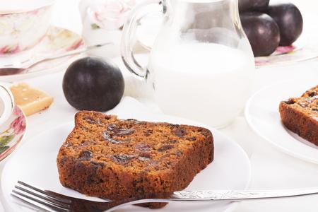 紅茶は、イギリス伝統のフルーツ ケーキを添えてください。クローズ アップ