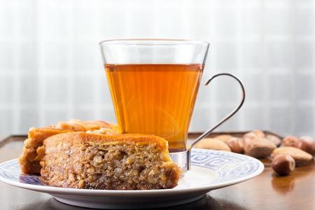 バクラヴァ、紅茶やカフェのテーブルや古いコーヒー テーブル上のナッツ