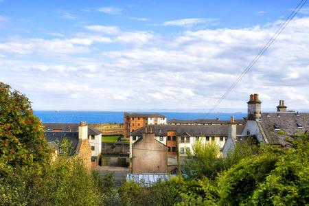 屋根とグラスゴーのスコットランドの町の海の上を表示します。