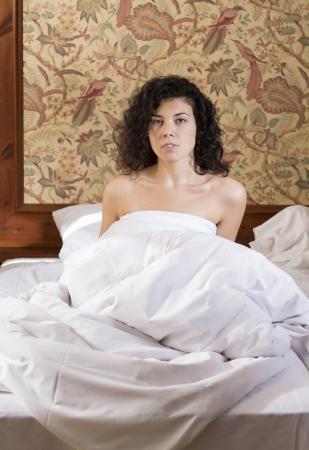 obudził: Pretty woman awakened in bed after restless night