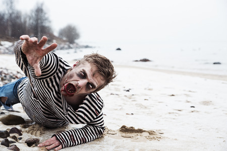 海辺でクロール死んだ男を探してください。 写真素材
