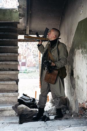 sicario: Un asesino a sueldo skinhead se ve por las escaleras Foto de archivo