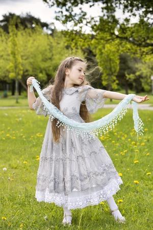 aristocrático: Ni�a aristocr�tica en vestido de princesa comienza bailes