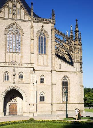 enamorados besandose: Los jóvenes enamorados que se besan en el fondo de la catedral