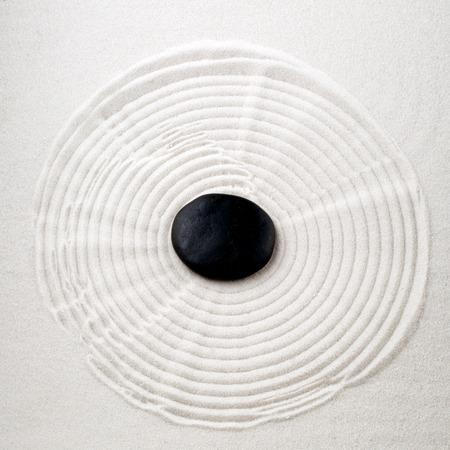 piedras zen: Piedra del zen en la arena Foto de archivo