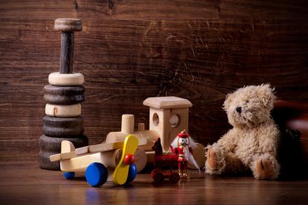 테 디 베어와 함께 오래 된 나무 어린이 장난감의 컬렉션 스톡 콘텐츠