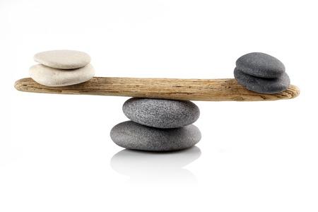 concepto equilibrio: Piedras de equilibrio en el fondo blanco