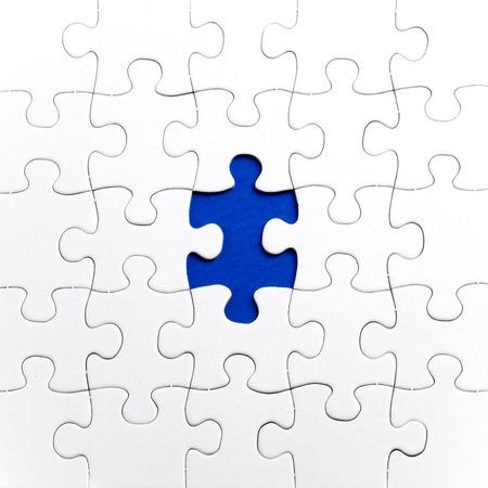 青い背景、自閉症 awerness シンボルに、白い平野のジグソー パズル
