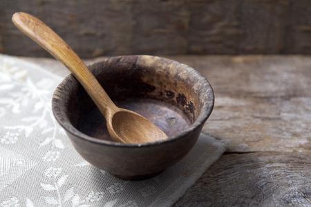 금식, 사순절. 컵과 나무 배경에 숟가락 스톡 콘텐츠