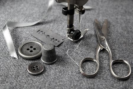 máquina de coser: máquina de coser con herramientas de fondo de tela Foto de archivo