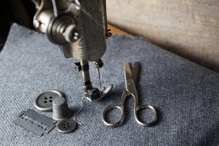 maquinas de coser: m�quina de coser con herramientas de fondo de tela Foto de archivo