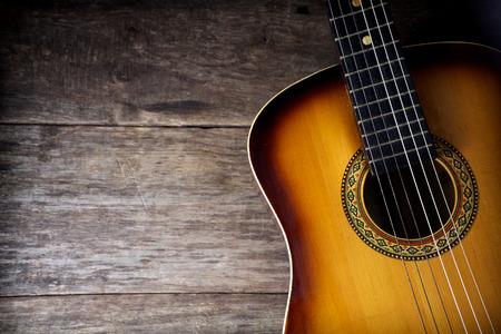 Guitare sur un fond de bois rustique
