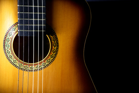 검은 배경에 어쿠스틱 기타의 세부