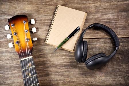 guitarra: auriculares portátil guitarra y lápiz Foto de archivo