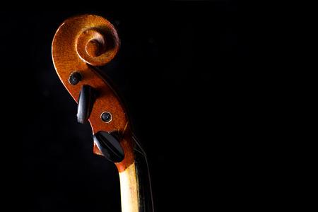 instrumentos musicales: Primer plano de un viol�n aislado en un fondo negro Foto de archivo