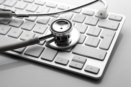 personal data: Estetoscopio de plata en el teclado Foto de archivo