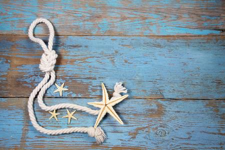 étoile de mer: Fond en bois avec des étoiles de mer et de la corde marine