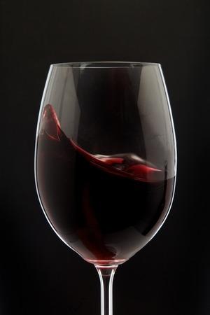 silhueta vermelho vidro de vinho no fundo preto Imagens