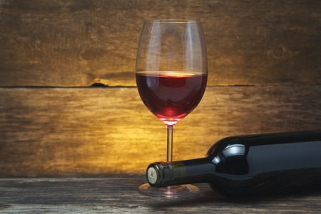 나무 테이블에 아트 와인 잔