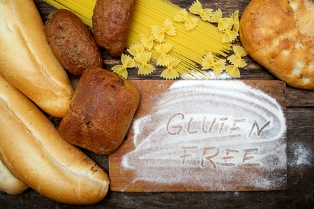 gluten free  word with bread on wood background Banque d'images