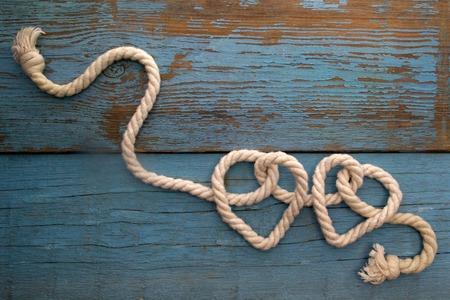 nudos: cuerda de la correa en forma de coraz�n en la mesa de madera