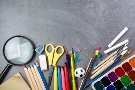 utiles escolares: Fuentes de escuela en fondo de la pizarra