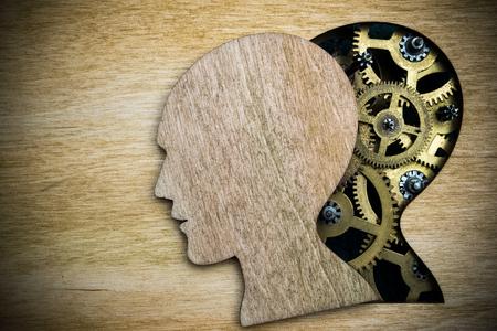 enfermedades mentales: modelo de la silueta de cabeza humana hecha de engranajes de metal oxidado Foto de archivo