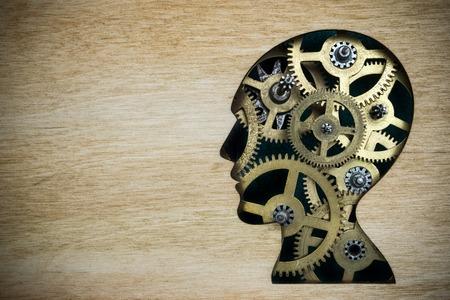 modelos hombres: modelo de la silueta de cabeza humana hecha de engranajes de metal oxidado Foto de archivo