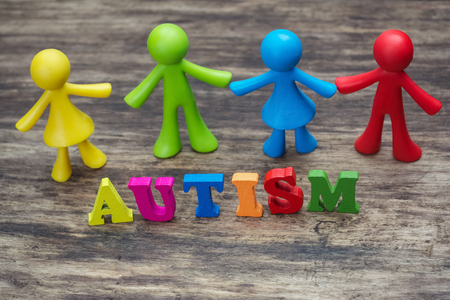 psicologia infantil: Muñeca de los niños del diseño del fondo con las letras coloridas que explican el Autismo