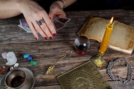 Fortune teller vrouw het voorspellen van de toekomst van tarotkaarten