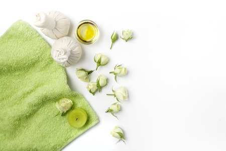 Spa settings with roses. Fresh roses in a plate and herbal compress using in spa treatments. Flat lay Standard-Bild