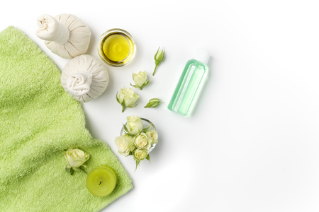 Spa settings with roses. Fresh roses in a plate and herbal compress using in spa treatments. Flat lay Banco de Imagens