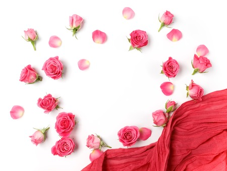 Assorted roses heads. Various soft roses and leaves scattered on a white background, overhead view. Flat lay 免版税图像 - 61689863
