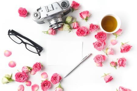 ビンテージ カメラ、ピンクのバラと白い背景に注意してください。トップ ビュー 写真素材